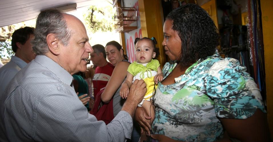 4.ago.2014 - O candidato do PSDB ao governo de Minas Gerais, Pimenta da Veiga, participou de caminhada junto a lideranças locais no centro de Leopoldina, em Minas Gerais, nesta segunda-feira (4)