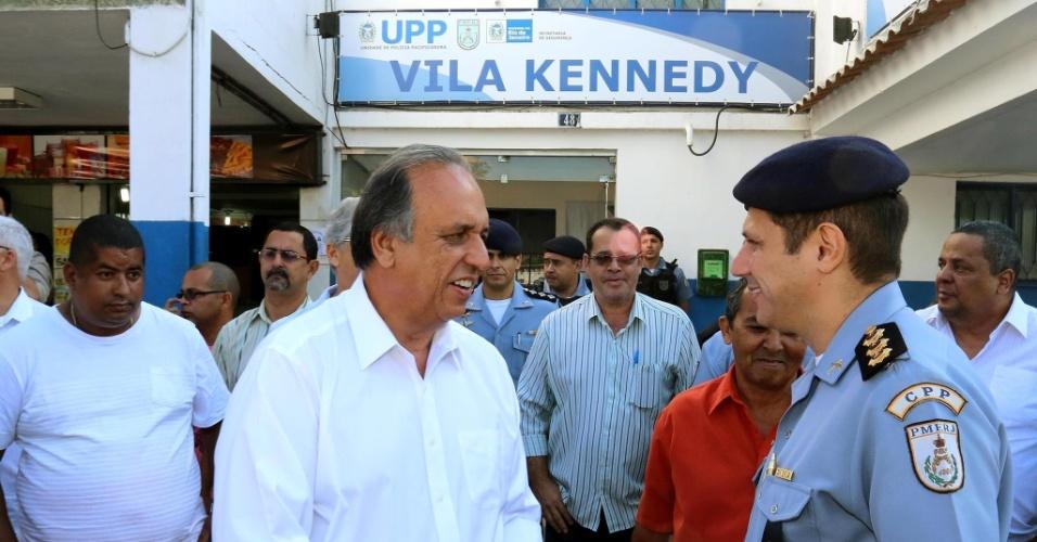 4.ago.2014 - O governador do Rio de Janeiro, Luiz Fernando Pezão (PMDB), candidato à reeleição, visita a UPP (unidade pacificadora) da Vila Kennedy, a 38ª e mais recente inaugurada no cronograma do governo do Estado