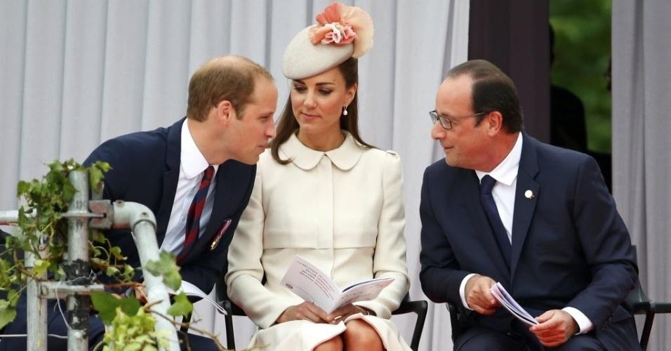 4.ago.2014 - O príncipe William, sua mulher, Kate Middleton, e o presidente da França, François Hollande, participam de cerimônia que marca os 100 anos do início da Primeira Guerra Mundial, no Memorial dos Aliados, em Liége, na Bélgica