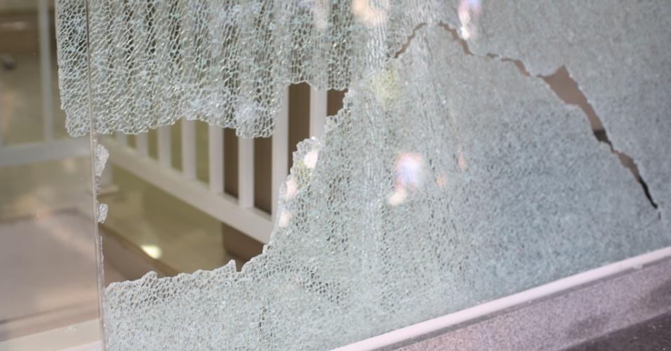 4.ago.2014 - Porta de vidro de estabelecimento da altura do número 2.000 da avenida Faria Lima, no Jardim Paulistano, zona oeste de São Paulo, foi atingida durante tiroteio no local. Pelo menos quatro pessoas ficaram feriadas