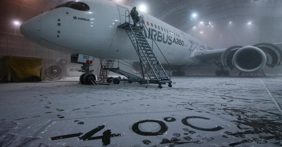 O A350 XWB, da Airbus, fazendo testes em condições extremas de frio, no laboratório climático da Força Aérea norte-americana, na Flórida (EUA)