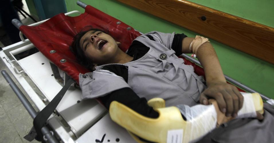 Menina ferida durante bombardeio à faixa de Gaza chora durante atendimento em hospital