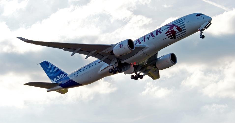 Momento em que o A350 XWB deixa a feira de aviação de Farnborough, na Inglaterra, em julho de 2014, após a exibição do avião em solo e voando