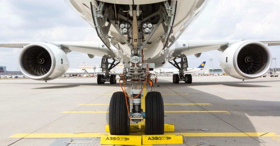 No primeiro voo-teste da aeronave, o A350 XWB saiu de Iqaluit, no Canadá, e viajou pelo Pólo Norte até Toulouse, na França. Na foto, o avião faz uma parada em Frankfurt, na Alemanha, no meio deste trajeto