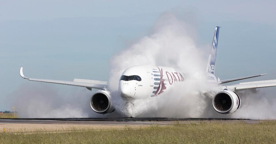 O A350 XWB, da Airbus, ainda teve que provar que é confiável em pistas molhadas, como mostra essa foto dos testes conduzidos em Istres, na França