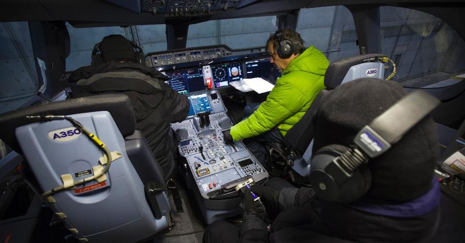 Profissionais da Airbus testam o A350 XWB em condições de baixa temperatura durante a fase de testes do modelo