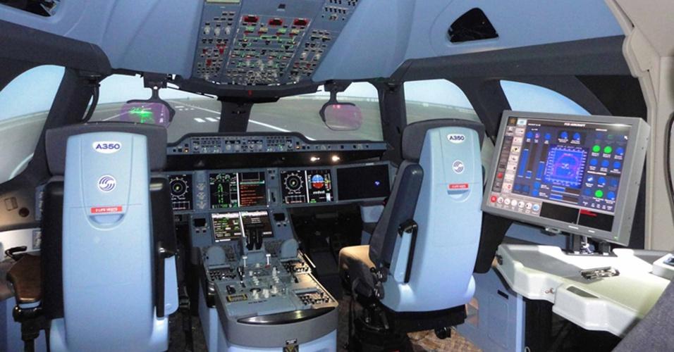 Simuladores completos de voo são usados para treinar os pilotos na operação das aeronaves A350 XWB, da Airbus; o da foto fica em Toulouse, na França