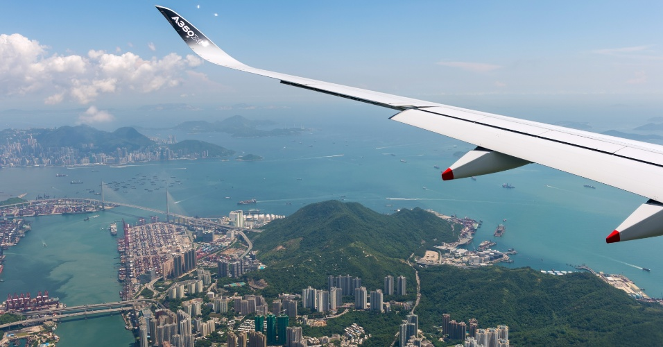 Um avião de testes do modelo A350 XWB sobrevoa Hong Kong durante os ensaios para a certificação