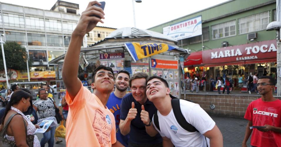 4.ago.2014 - Marcelo Crivella, candidato ao governo do Rio pelo PRB, faz selfie com eleitores em área comercial no centro de Nova Iguaçu