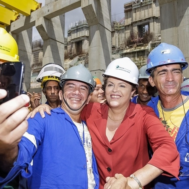 5.ago.2014 - A presidente Dilma Rousseff faz selfie com operários da usina hidrelétrica de Belo Monte, em Altamira, no interior do Pará, nesta terça-feira. Em campanha pela reeleição, a presidente Dilma Rousseff disse na ocasião que fez mais pelo setor energético em seu governo que o ex-presidente Fernando Henrique Cardoso (PSDB)