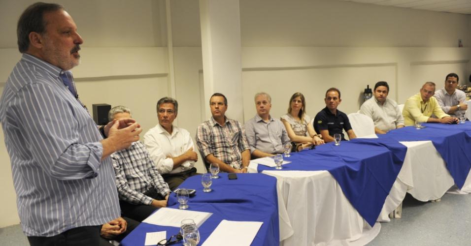 5.ago.2014 - O candidato ao governo de Pernambuco, Armando Monteiro (PTB), se encontrou com empresários no Curado, bairro industrial, no Recife, nesta terça-feira (5)