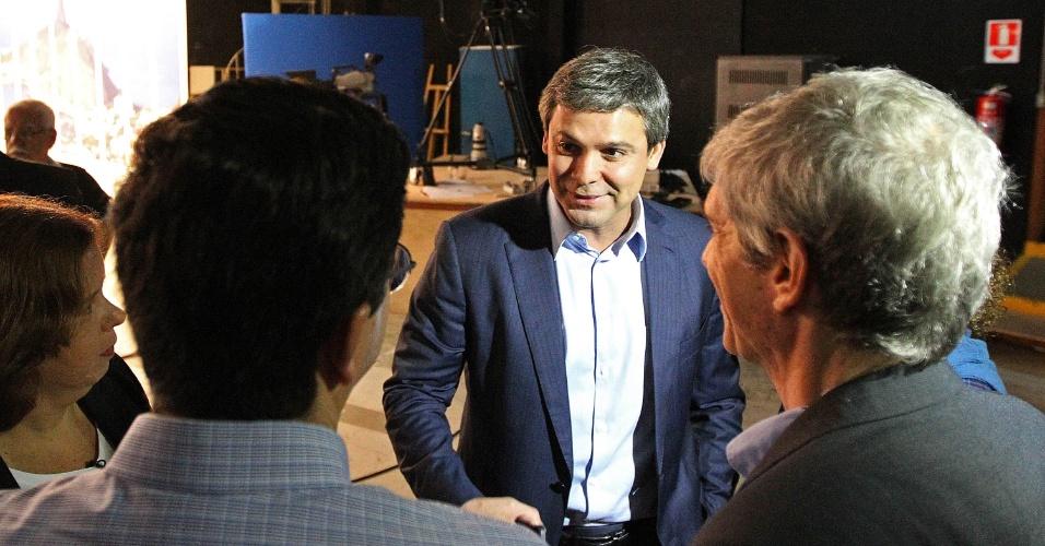 5.ago.2014 - O candidato ao governo do Rio de Janeiro pelo PT, Lindberg Farias, conversa com jornalistas antes de sabatina organizada pelo UOL, pela