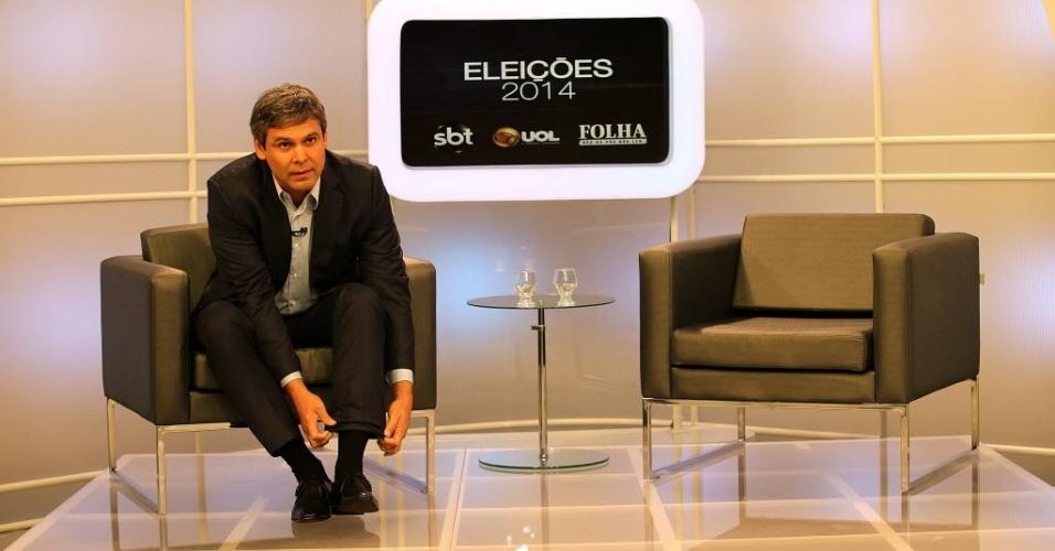 5.ago.2014 - O candidato ao governo do Rio de Janeiro pelo PT, Lindberg Farias, se prepara para sabatina organizada pelo UOL, pela