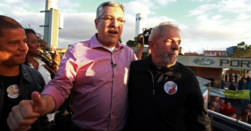 5.ago.2014 - O ex-presidente Luiz Inácio Lula da Silva e o candidato do PT ao governo de São Paulo, Alexandre Padilha, fizeram ato político na porta da fábrica da Ford, em São Bernardo Campo, no ABC paulista, em São Paulo, nesta terça-feira (5)
