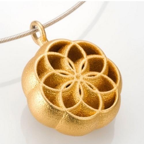A designer Annamari Mikkola aderiu à impressora 3D para produzir o pingente acima. A peça de aço inoxidável é folhada a ouro e custa US$ 204 (cerca de R$ 460) nos Estados Unidos. O site não informa como é o processo de fabricação na impressora 3D com o aço - geralmente, o plástico é usado como matéria-prima