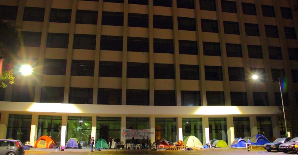 5.ago.2014 - Um grupo de cerca de 50 grevistas passou a madrugada desta terça-feira acampado em frente ao prédio da reitoria da USP (Universidade de São Paulo), zona oeste de São Paulo