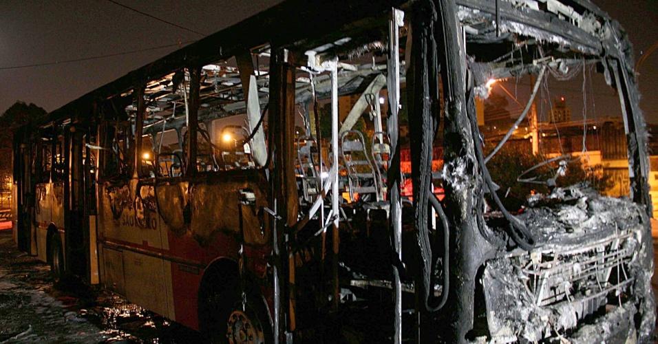 5.ago.2014 - Uma manifestação de moradores terminou com um ônibus incendiado e um policial atropelado na região de Sapopemba, zona leste de São Paulo