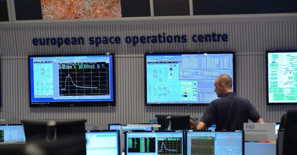 6.ago.2014 - Astronômos observam os primeiros sinais de que a sonda europeia Rosetta entrou na órbita do cometa 67P/ Churyumov-Gerasimenko. A nave se aproximou para investigar a estrutura e composição do astro. Uma das teorias sobre o início da vida na Terra postula que os primeiros ingredientes da chamada