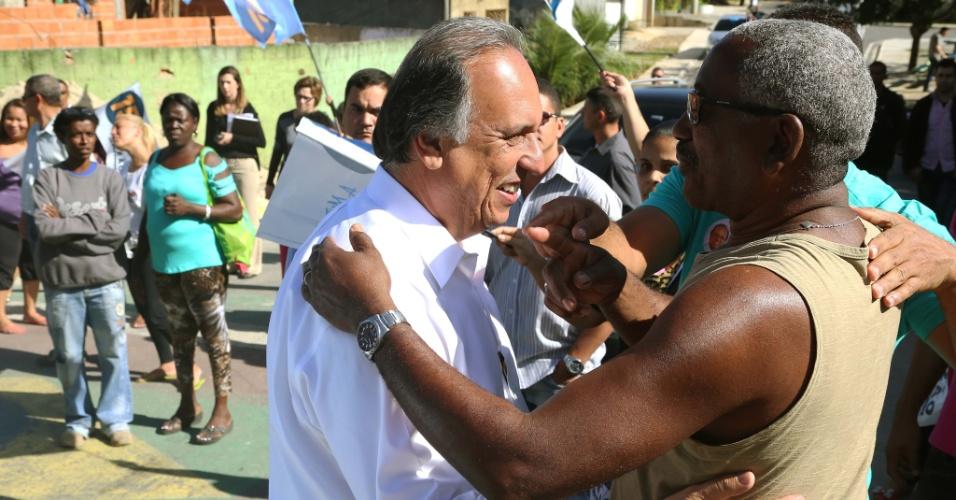 6.ago.2014 - Em campanha pela reeleição, o governador do Rio de Janeiro, Luiz Fernando Pezão (PMDB), fez caminhada pelas ruas de Rodilândia, em Nova Iguaçu, na Baixada Fluminense, nesta quarta-feira (6)