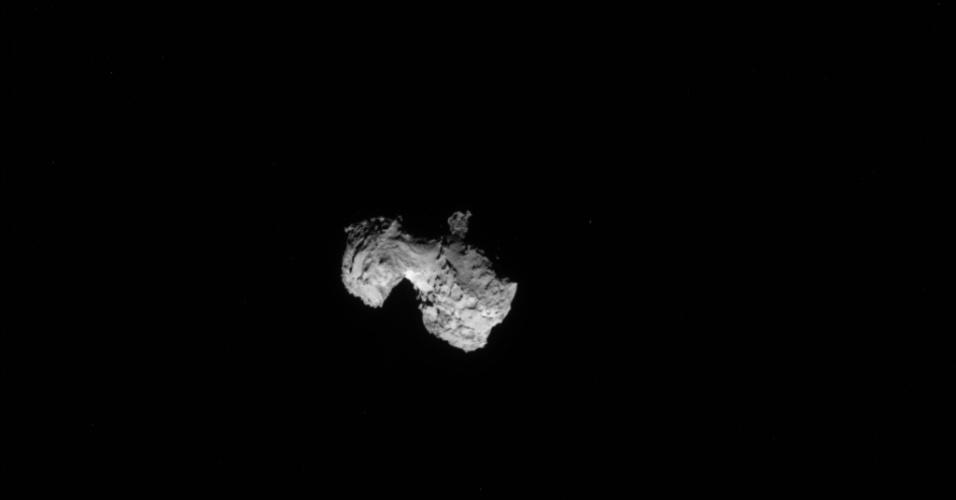 6.ago.2014 - Imagem capturada pela sonda europeia Rosetta mostra o cometa 67P/ Churyumov-Gerasimenko a 300 quilômetros de distância da nave, que se aproximou para investigar a estrutura e composição do astro. Uma das teorias sobre o início da vida na Terra postula que os primeiros ingredientes da chamada