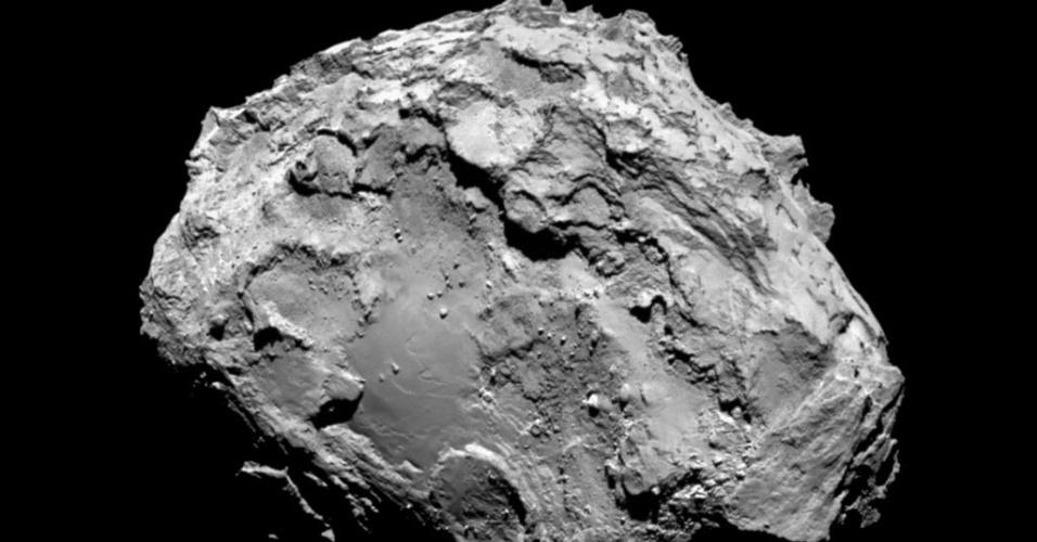 6.ago.2014 - Imagem capturada pela sonda europeia Rosetta mostra o cometa 67P/ Churyumov-Gerasimenko depois da nave entrar na órbita do cometa. A nave se aproximou para investigar a estrutura e composição do astro. Uma das teorias sobre o início da vida na Terra postula que os primeiros ingredientes da chamada