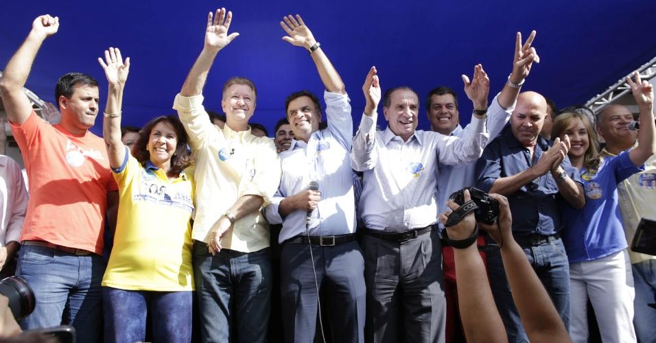 6.ago.2014 - O candidato à Presidência da República pelo PSDB, Aécio Neves, participou da inauguração do comitê do partido em Brasília, ao lado do candidato ao governo do Distrito Federal, Luis Pitiman (PSDB), nesta quarta-feira (6)