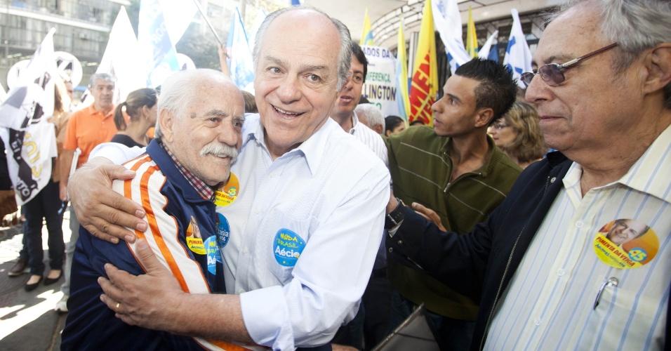 6.ago.2014 - O candidato ao governo de Minas Gerais, Pimenta da Veiga, fez caminhada nesta quarta-feira (6) pelo centro de Belo Horizonte