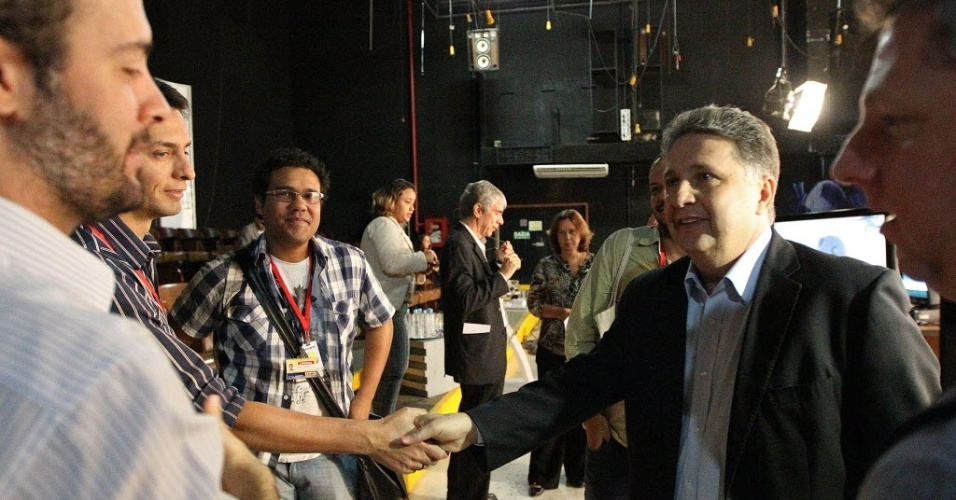 6.ago.2014 - O candidato do PR ao governo do Estado do Rio de Janeiro, Anthony Garotinho, chega a estúdio para participar de sabatina promovida pelo UOL, pela