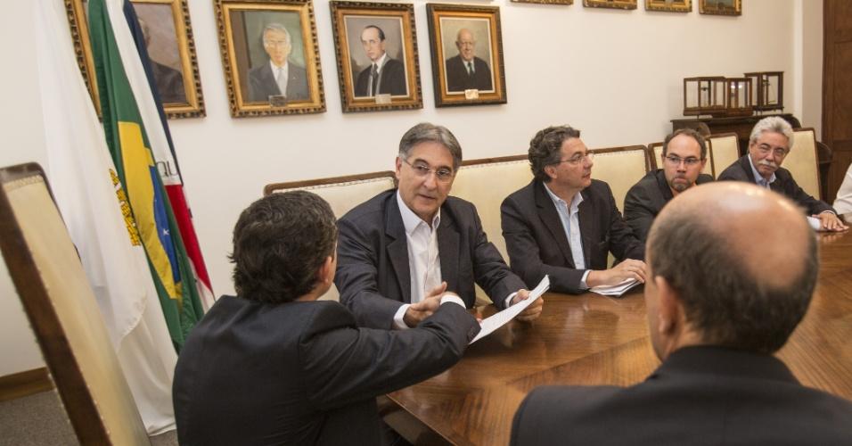 6.ago.2014 - O candidato do PT ao governo de Minas Gerais, Fernando Pimentel, visitou nesta quarta-feira (6) a Casa de Belo Horizonte