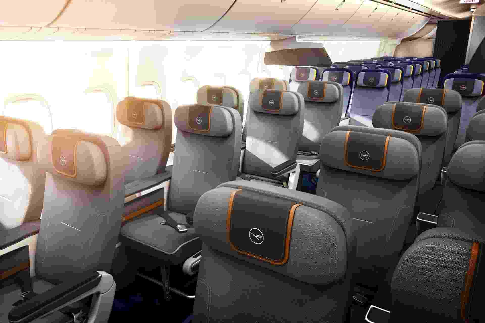07.ago.2014- A companhia aérea alemã Lufthansa vai lançar em 10 de dezembro a classe econômica premium, que vai ter 50% a mais de espaço que a econômica convencional. Quem quiser um assento na classe vip, terá que pagar até US$ 500 a mais. Clique nas fotos acima para conhecer a nova classe - Divulgação
