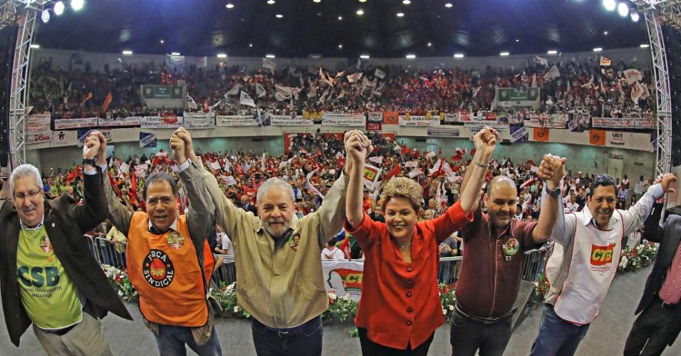 """7.ago.2014 - A presidente Dilma Rousseff, candidata á reeleição, participa de ato de campanha no ginásio da Portuguesa, em São Paulo, acompanhada do ex-presidente Luiz Inácio Lula da Silva e de dirigentes das seis maiores centrais sindicais do país - entre elas, CUT, UGT e dissidência da Força Sindical. As centrais abriram artilharia contra o candidato do PSDB, Aécio Neves, afirmando que a gestão tucana é a """"da privataria e das políticas neoliberais"""""""
