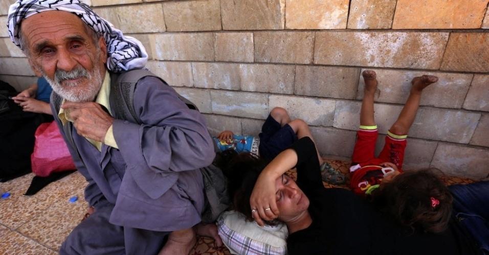 7.ago.2014 - Cristãos iraquianos, que fugiram da violência na aldeia de Qaraqosh, descansam após chegada na igreja Saint-Joseph, na cidade curda de Arbil, no Curdistão. Militantes do Estado Islâmico ampliaram as conquistas no norte do país, tomando mais cidades e fortalecendo sua posição próximo à região curda, em uma ofensiva que tem preocupado o governo de Bagdá e potências regionais