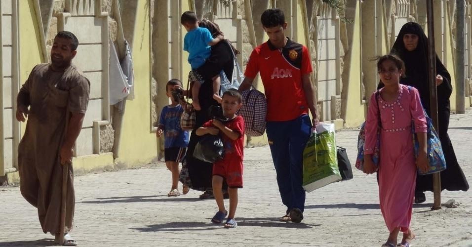 7.ago.2014 - Iraquianos deslocados pelo conflito em curso no país cehgam na cidade iraquiana Kirkuk, controlada pelos curdos. Militantes do Estado Islâmico ampliaram as conquistas no norte do país, tomando mais cidades e fortalecendo sua posição próximo à região curda, em uma ofensiva que tem preocupado o governo de Bagdá e potências regionais