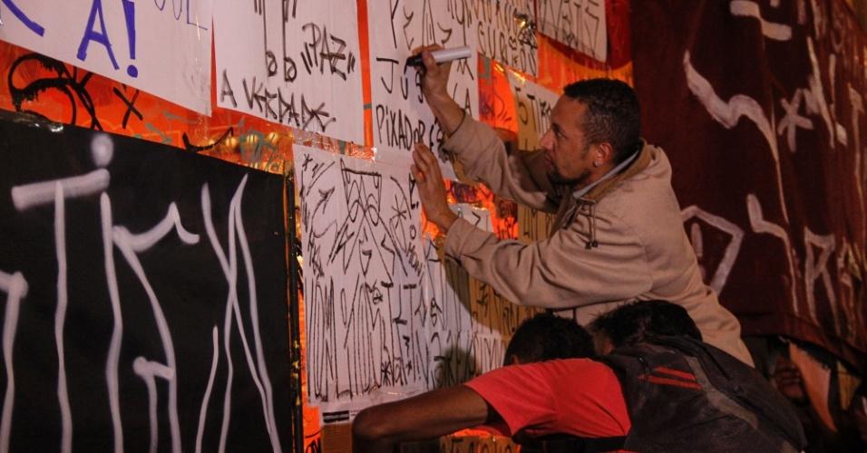 7.ago.2014 - Manifestantes participam de ato em repudio às mortes de Alex Dalla Vecchia Costa, o