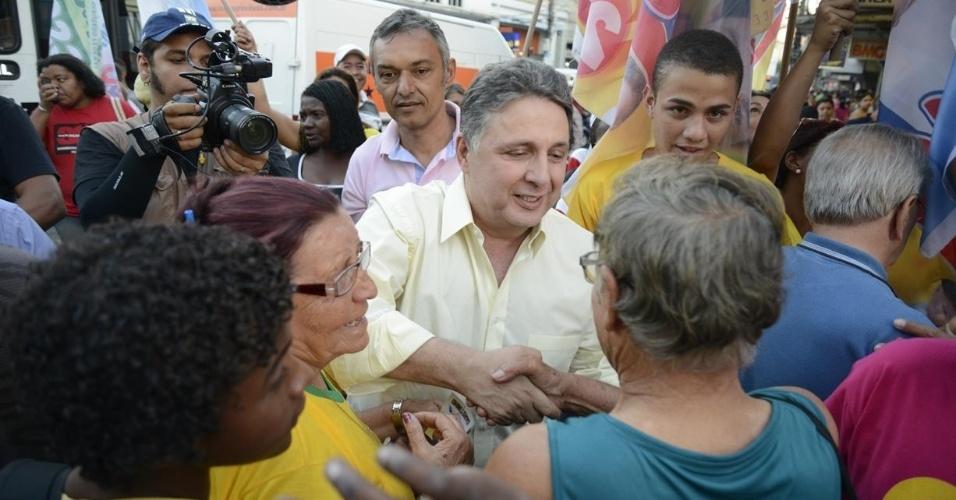 7.ago.2014 - O candidato do PR ao governo do Rio de Janeiro, Anthony Garotinho, fez caminhada no município de Duque de Caxias, nesta terça-feira (7)