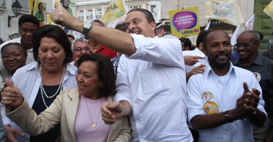 7.ago.2014 - O candidato do PSB à presidência da República, Eduardo Campos, caminha ao lado da candidata ao governo da Bahia pelo PSB, Lídice da Mata (de blusa rosa), pelas ruas do Pelourinho, em Salvador. Ele responsabilizou a presidente Dilma Rousseff (PT), candidata à reeleição, por problemas da Petrobras