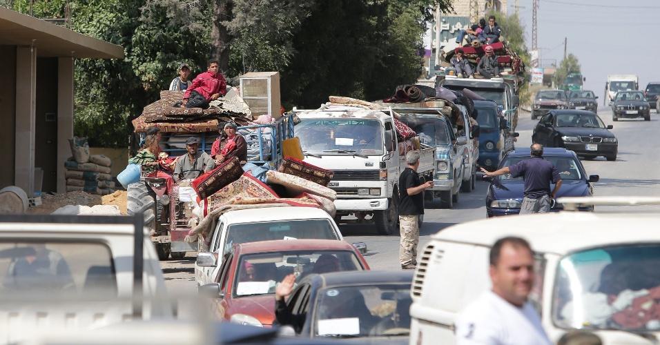7.ago.2014 - Refugiados sírios dirigem seus veículos em estrada que atravessa o vilarejo de Labweh, no vale Bekaa, na Líbia, nesta quinta-feira (7), após fugir da cidade rebelde libanesa de Arsal para retornar à Síria. Ao menos 1.700 refugiados tem deixado a cidade libanesa onde tropas lutam contra jihadistas há dias, para voltar à Síria