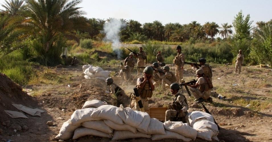 7.ago.2014 - Soldados iraquianos disparam morteiros da aldeia de Jurf al-Sakhr, a 45 km de Bagdá, localizada entre a província de Anbar e a província Babil, contra jihadistas, que  ampliaram as conquistas no norte do Iraque