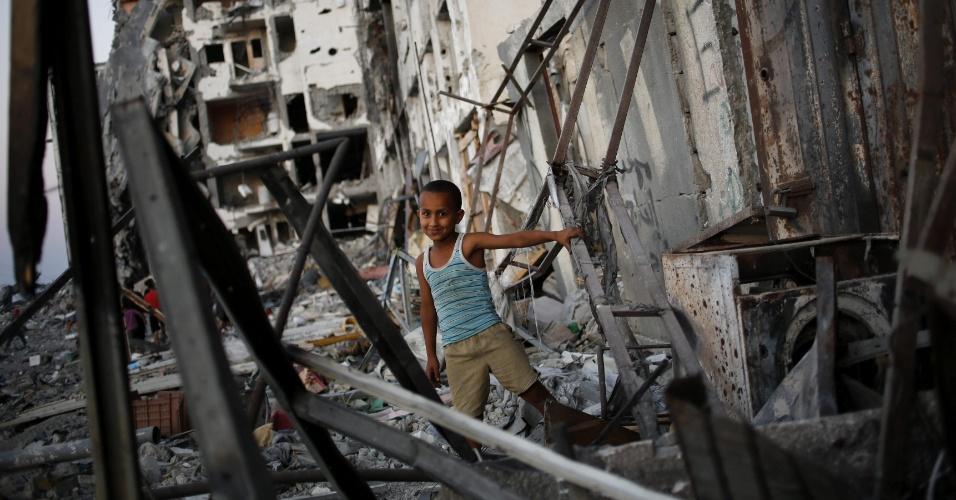 7.ago.2014 - Um menino brinca entre escombros de prédios em durante trégua de 72 horas entre Israel e Hamas, em bairro residencial em Beit Lahiya, no norte da faixa de Gaza, nesta quinta-feira (7). O Hamas fez sua primeira manifestação pública desde o cessar-fogo com Israel, afirmando que o grupo militante nunca desistirá de suas armas e que continuará lutando até que o bloqueio da faixa de Gaza seja levantado