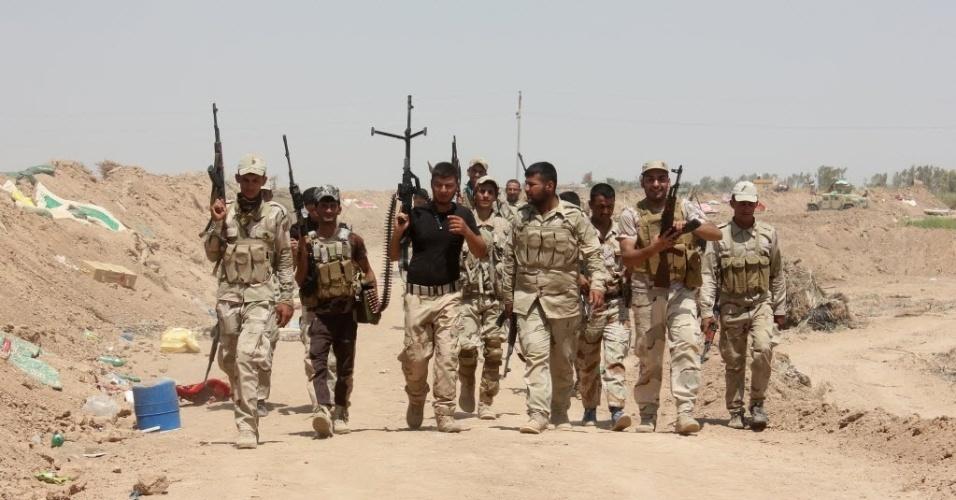 7.ago.2014 - Voluntários iraquianos, que se juntaram as forças do governo para lutar contra os jihadistas, patrulham área do posto de controle em Udhaim, na província de Diyala, ao norte da capital Bagdá