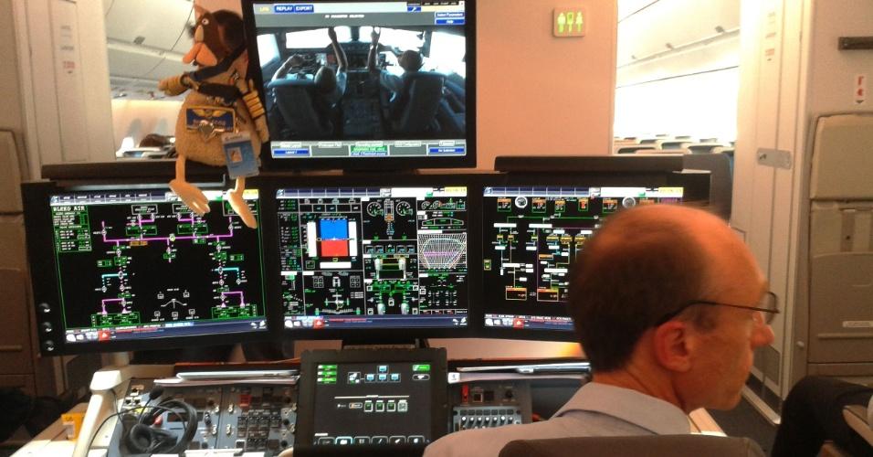 No voo experimental do A350 XWB, da Airbus, entre Santiago (Chile) e São Paulo, funcionários monitoram o funcionamento da cabine do avião