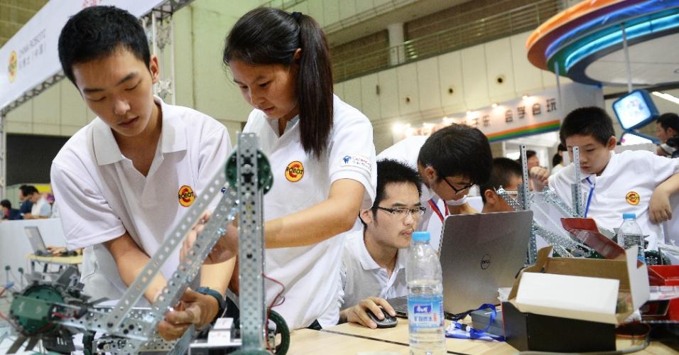 08.ago.2014 - Estudantes montam e programam robô durante o 2014 Xi'an Robotic Carnival, em Xi'an, na Província de Shaanxi, China. O evento de robótica dura três dias e começou hoje