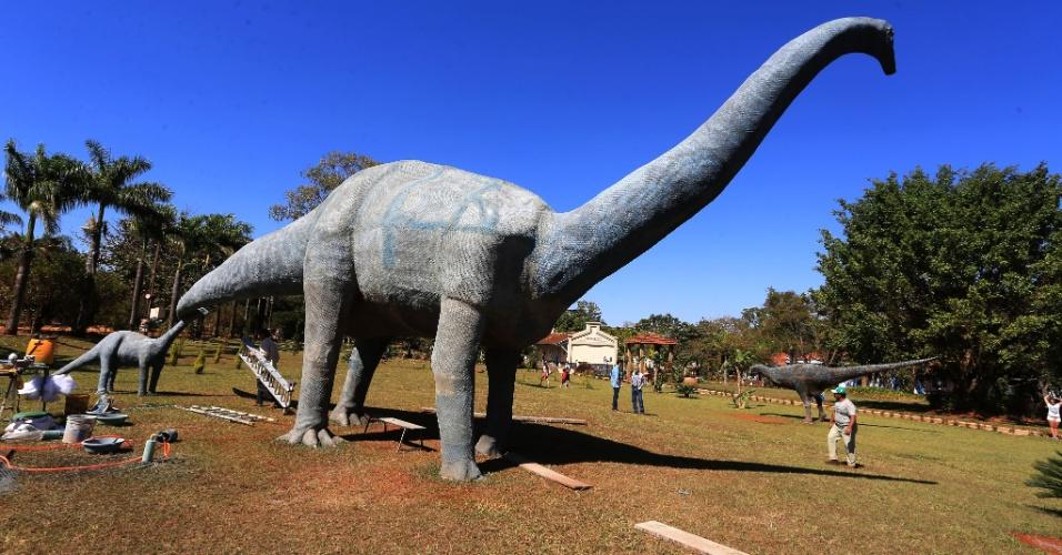 7.ago.2014 - A reconstrução artística do Uberabatitan ribeiroi, maior dinossauro do Brasil, foi inaugurada no museu dos dinossauros, em Uberaba (MG). A estrutura de 19 m de comprimento demorou seis meses para ficar pronta e custou R$ 120 mil, pagos pelo Ministério da Ciência, Tecnologia e Inovação