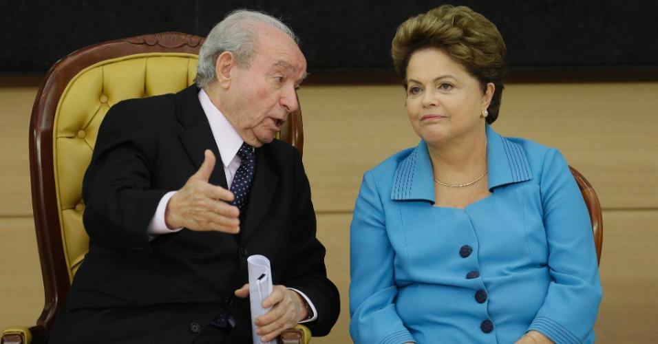 8.ago.2014 - A presidente da República e candidata à reeleição, Dilma Rousseff (PT), conversa com o bispo Manoel Ferreira durante encontro com mulheres da igreja evangélica Assembléia de Deus, na sede da denominação na região central de São Paulo