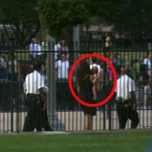 Armados, os agentes escoltaram o ''invasor'' de fraldas e a devolveram para sua mãe