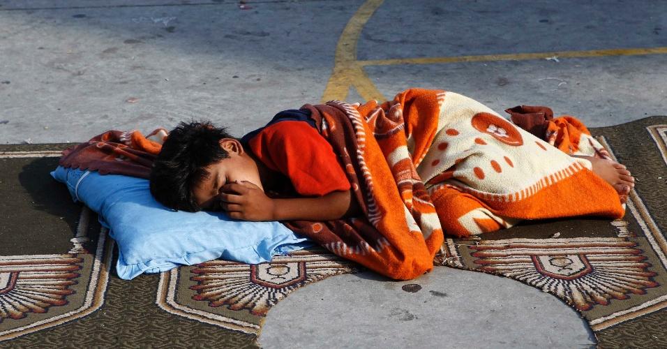 8.ago.2014 - Menino dorme em chão de escola das Nações Unidas que funciona como abrigo para palestinos, na cidade de Gaza. Ao menos dez foguetes foram disparados nesta sexta-feira dafFaixa de Gaza contra Israel após o término do cessar-fogo de 72 horas que as partes tinham acordado, informaram autoridades israelenses. Iniciada em 8 de julho , a operação israelense Barreira Protetora matou 1.890 palestinos, incluindo 430 crianças, de acordo com o Ministério palestino da Saúde. Do lado israelense, 64 soldados e três civis morreram