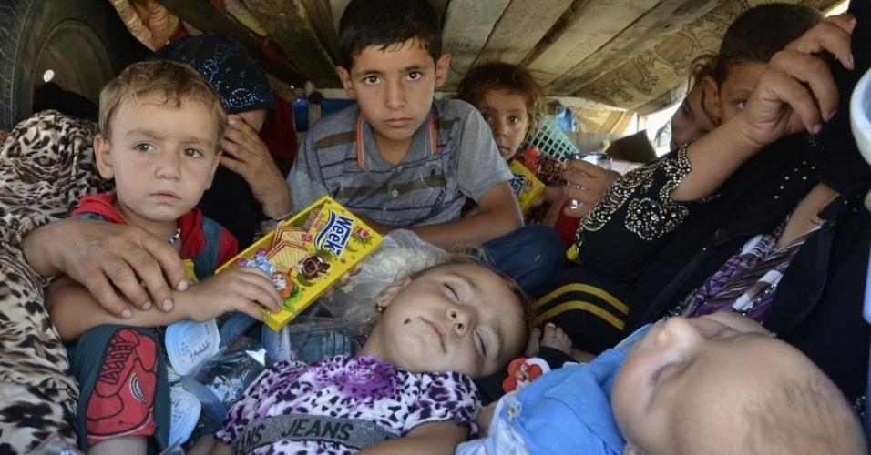 8.ago.2014 - Refugiados iraquianos que fugiram de carro da violência na província de Nineveh, chegam a Sulaimaniya, no Iraque. Os Estados Unidos bombardearam posições de artilharia da milícia Estado Islâmico que ameaçavam funcionários americanos baseados em Erbil, no Curdistão iraquiano, segundo anúncio feito pelo Pentágono nesta sexta-feira (8)