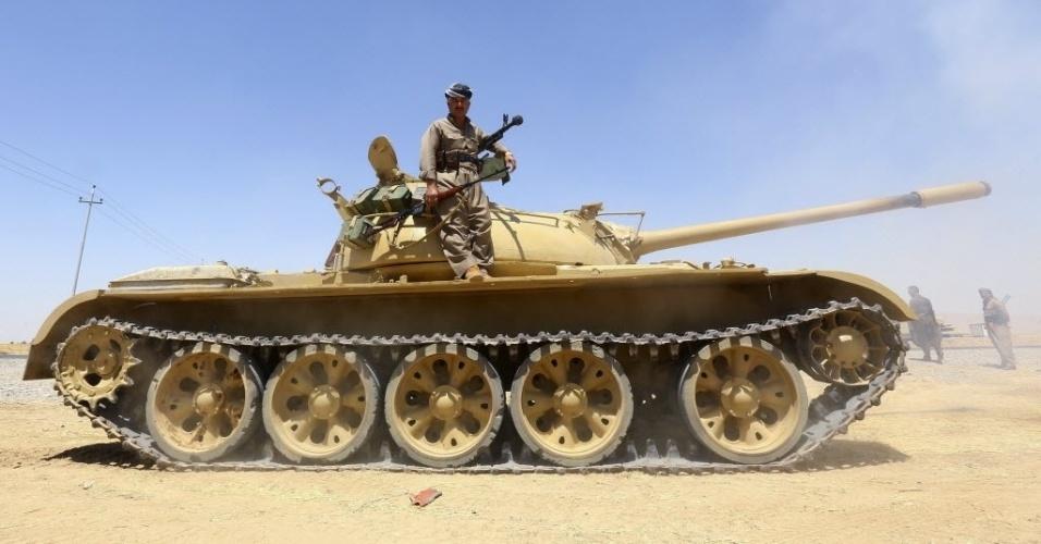 8.ago.2014 - Tanque de tropa curda em operação durante conflito contra os milicianos do Estado Islâmico, em Makhmur, no subúrbio da província de Nineveh, no Iraque. Os Estados Unidos bombardearam posições de artilharia da milícia que ameaçavam funcionários americanos baseados em Erbil, no Curdistão iraquiano, segundo anúncio feito pelo Pentágono nesta sexta-feira (8)
