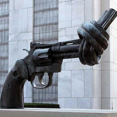 Escultura de arma com um nó, feita por Carl Fredrik Reuterswärd, relembra a paz em frente às Nações Unidas, nos EUA - Reprodução