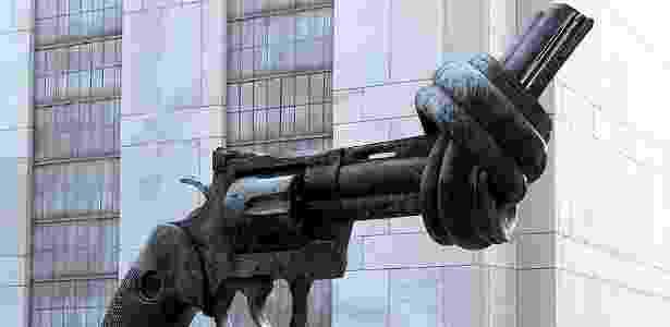 Uma arma amarrada, feita por Carl Fredrik Reuterswärd, pede paz na sede das Nações Unidas, nos EUA  - Reprodução/Boredpanda/